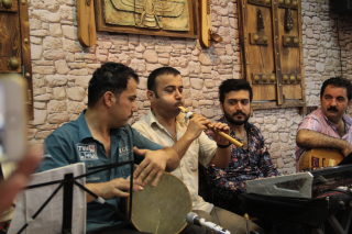 The balaban player Jowanro accompanied with zarab drum, keyboard and saz Photo Rolf Killius