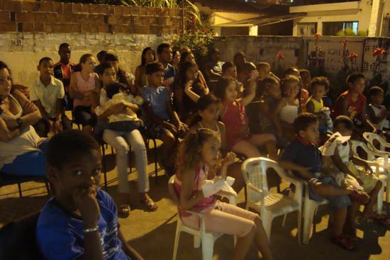 Jóvenes trabajando con comunidades pobes en Brasil