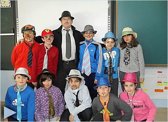 Alfonso Cortes y estudiantes de la clase de sexto del Colegio Público 'Rector Mamés Esperabé'