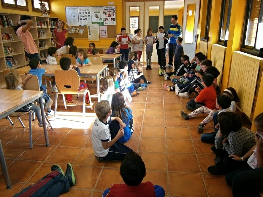 Alumnos y alumnas del Colegio Público 'Ramón y Cajal' de Alpartir aprendiendo el funcionamiento de la Biblioteca municipal | Fondo documental del Centro.
