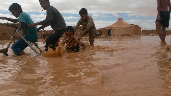 Niños_lluvia_campamentos_saharauis_01