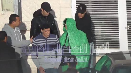 Momento en que Zainab Abdelahi es agredida por los agentes marroquíes