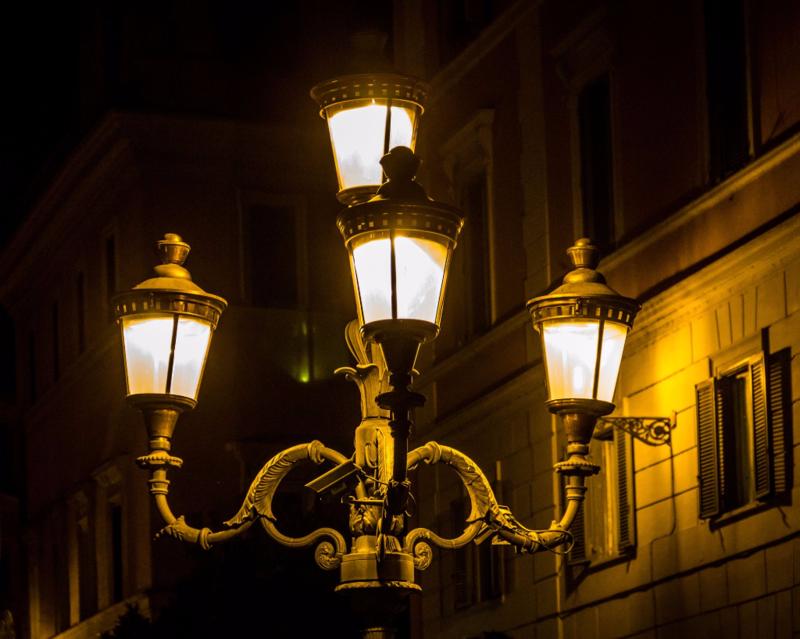 -_13_-_ITALY_-_Street_light_in_Rome_near_Fontana_di_Trevi_-_urban_design