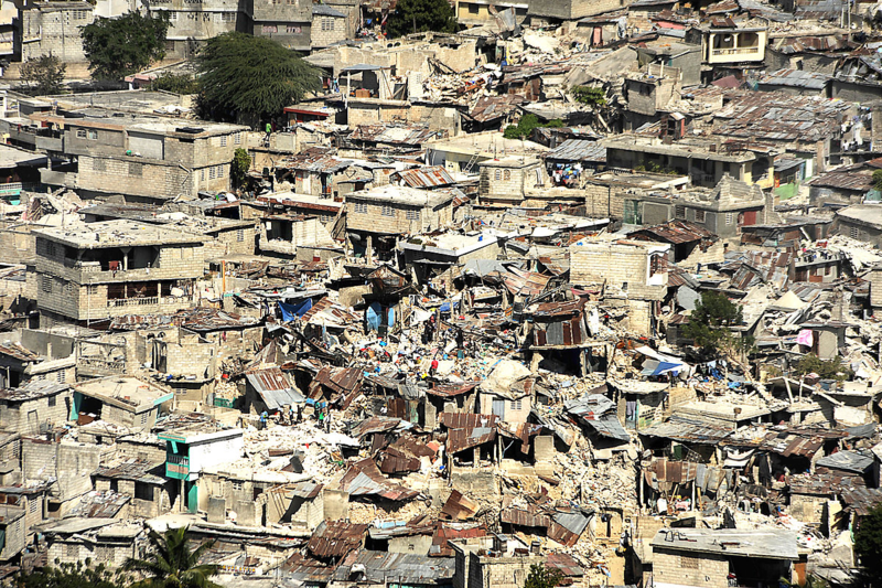 Earthquake_damage_in_downtown_Port-au-Prince_2010-01-16_1