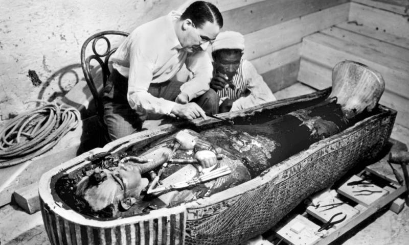 Howard-Carter-examina-el-sarcófago-de-Tutankamon