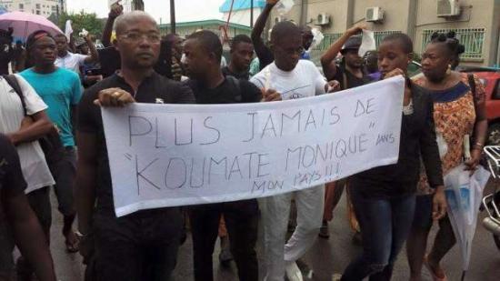 01.-Manifestación por el caso de la mujer embarazada de gemelos que murió a las puertas del hospital en Douala.